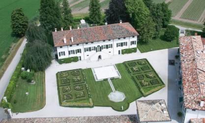 Borgo dei Conti della Torre facciata villa