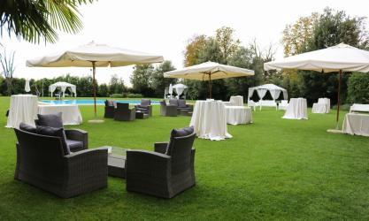 allestimento area piscina con divanetti