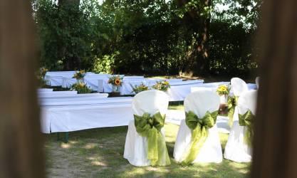 allestimento celebrazione matrimonio civile nel giardino di Borgo dei Conti della Torre