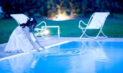 sposa a bordo piscina
