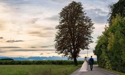 sposi a passeggio intorno a Borgo dei Conti della Torre